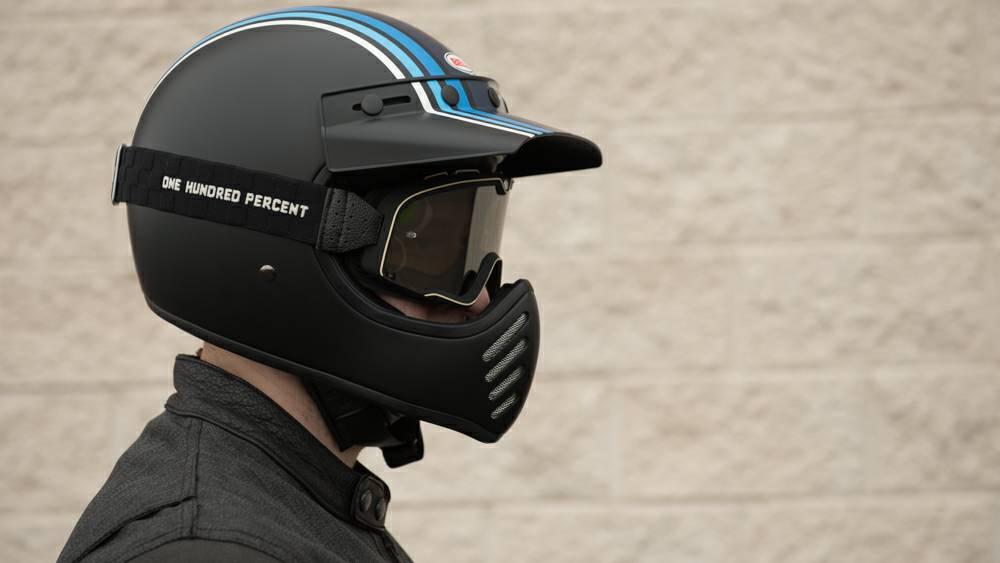 フルフェイスにゴーグルを付けたヘルメット