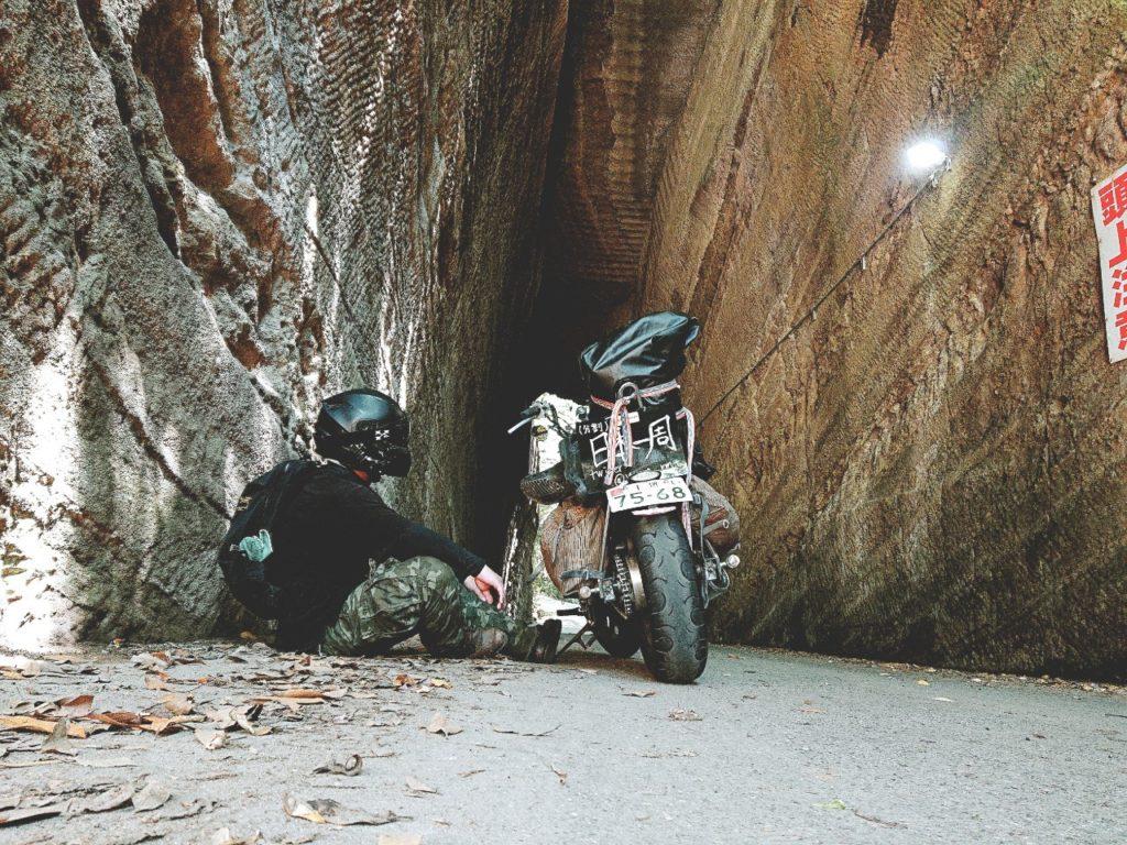燈篭坂大師の切通しトンネル