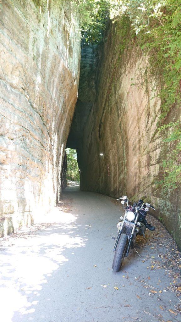 燈篭坂大師の切通しトンネル 前
